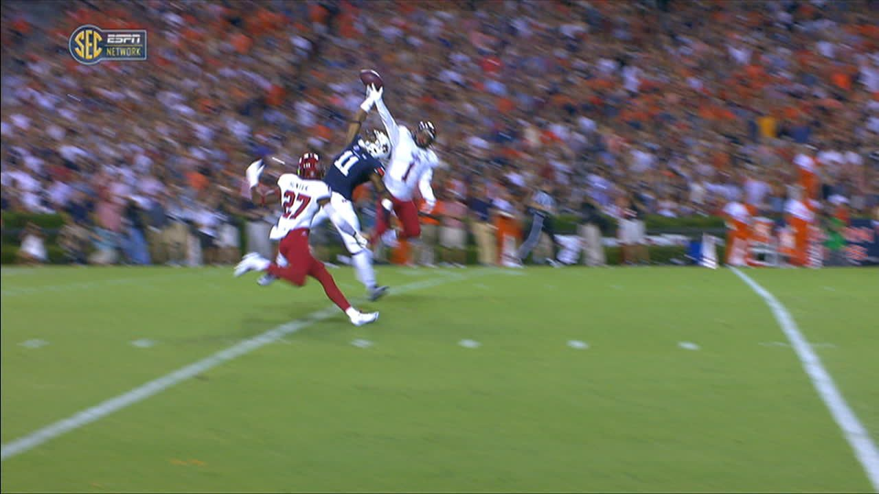 Auburn receiver hauls in improbable one-handed catch
