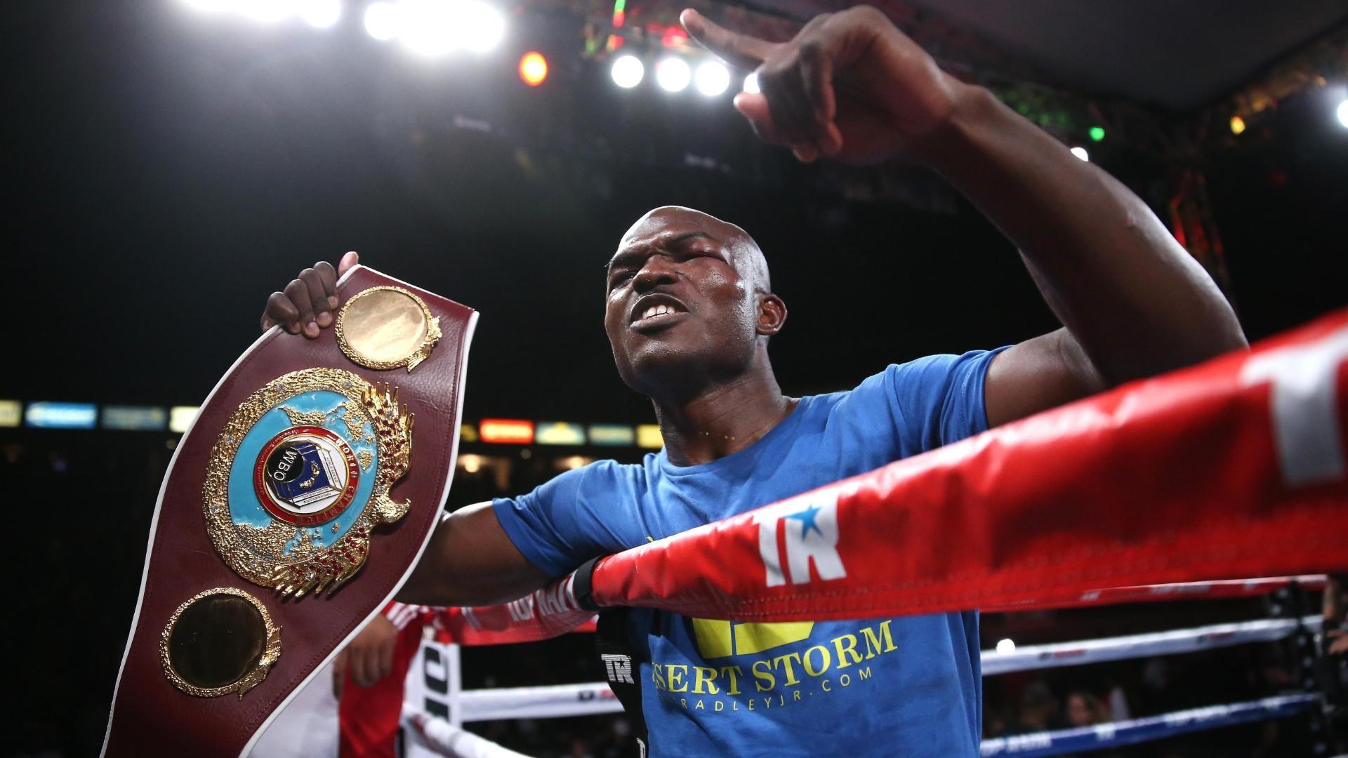 Despite controversial ending, Bradley beats Vargas