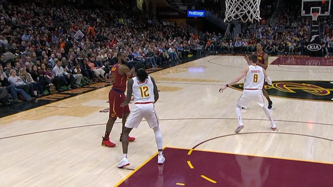 LeBron throws no-look pass for bucket