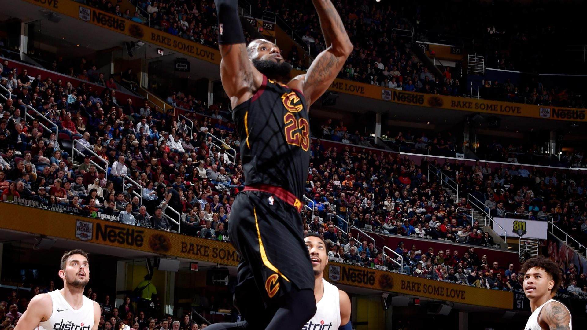 LeBron breezes past everyone for huge dunk