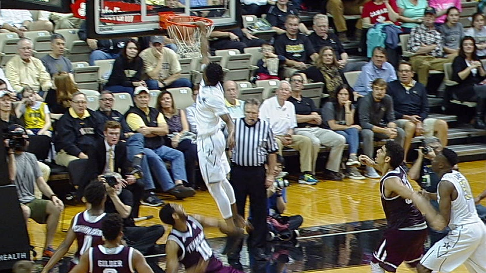 Vanderbilt's Lee takes flight, pulverizes rim