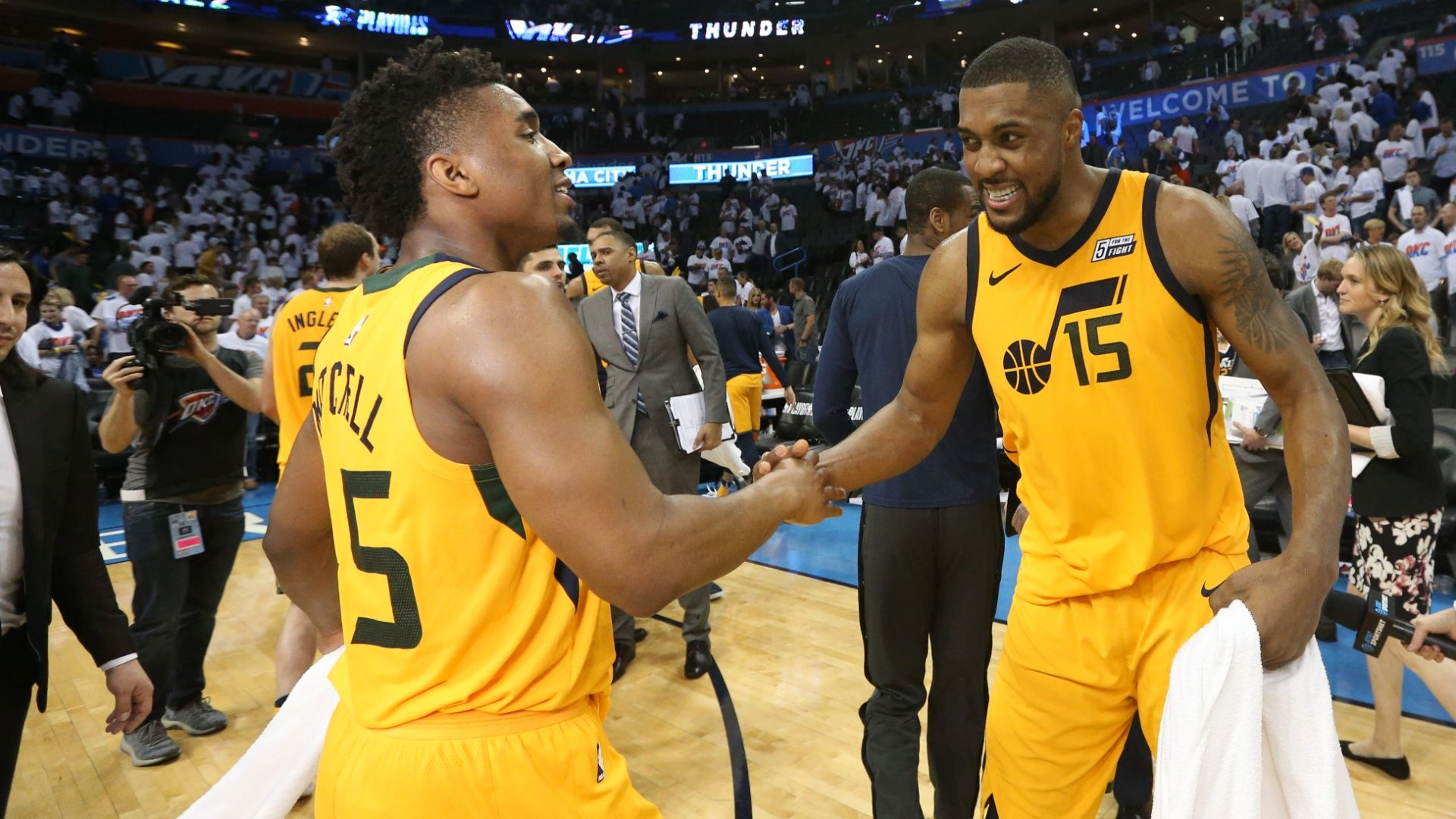 Mitchell, Favors help Jazz even series
