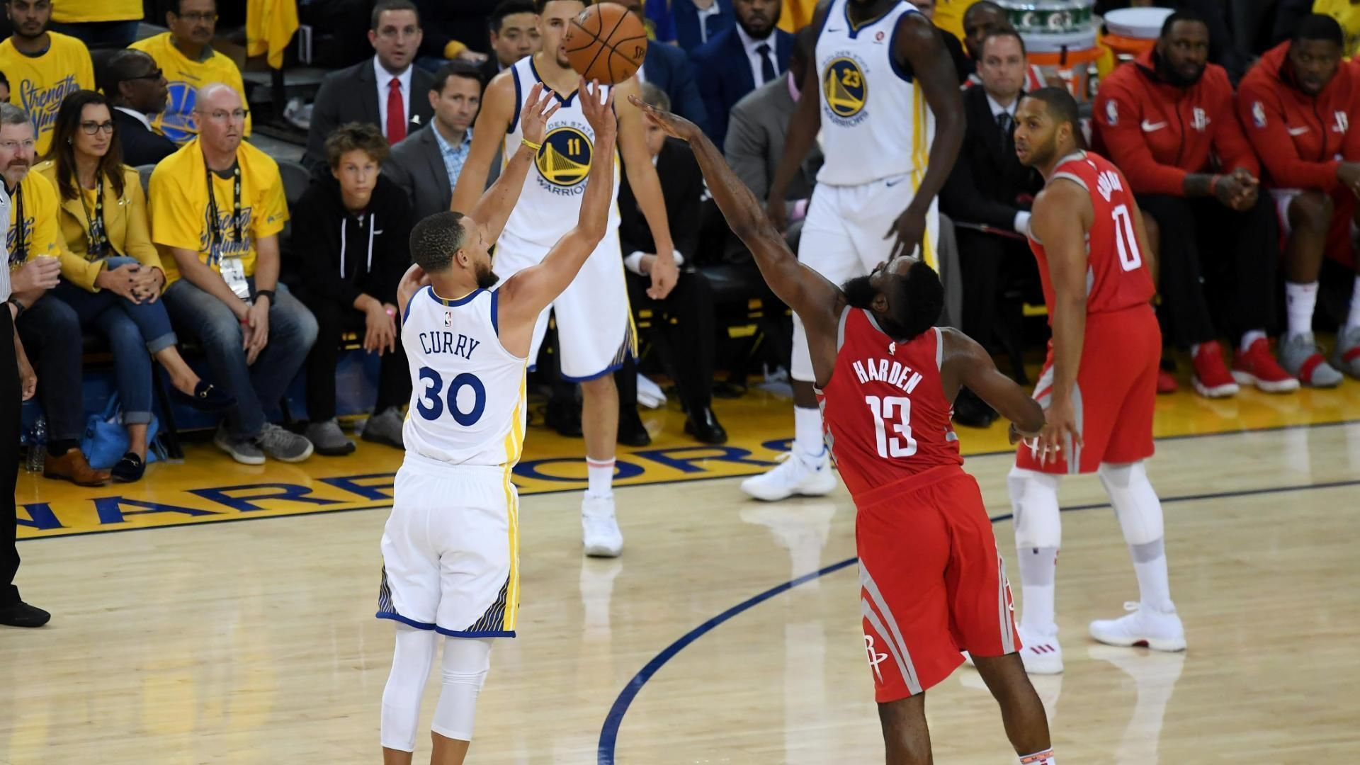 Curry shimmies after crossing up Harden for 3.