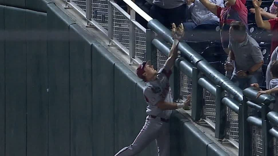 Arkansas' Cole makes terrific catch over side wall