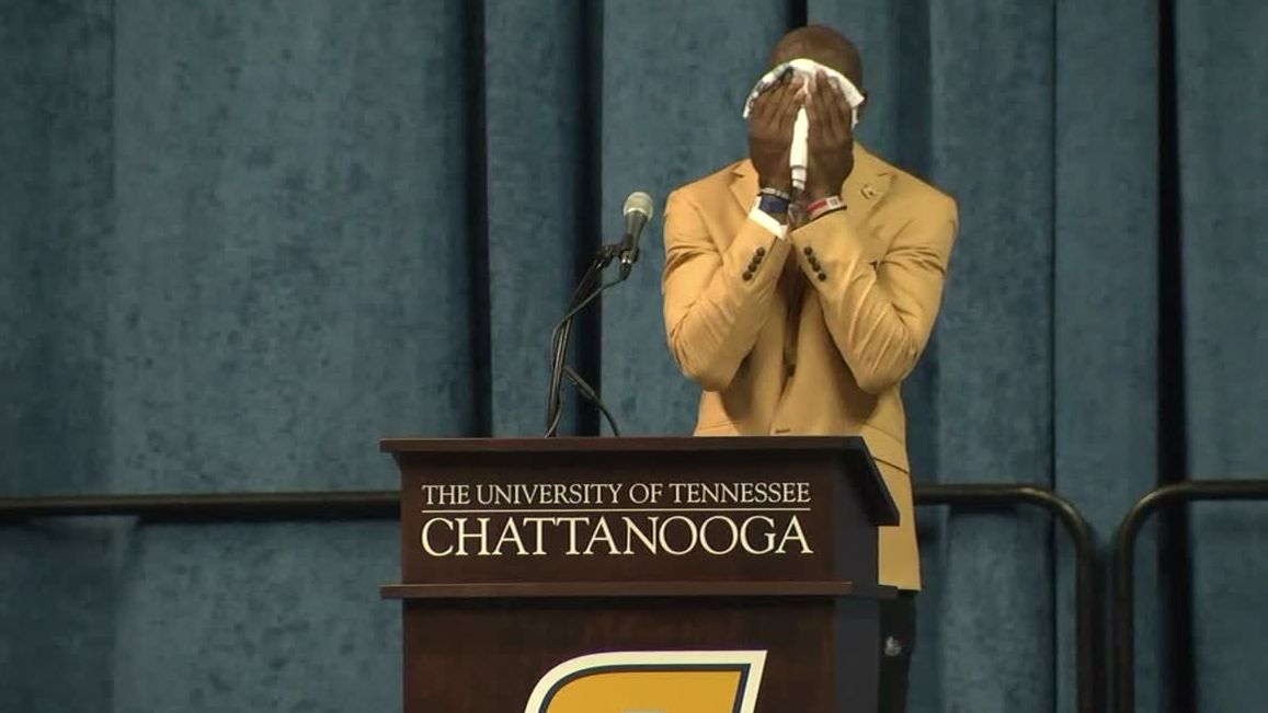 T.O. emotional while thanking mom, grandmother