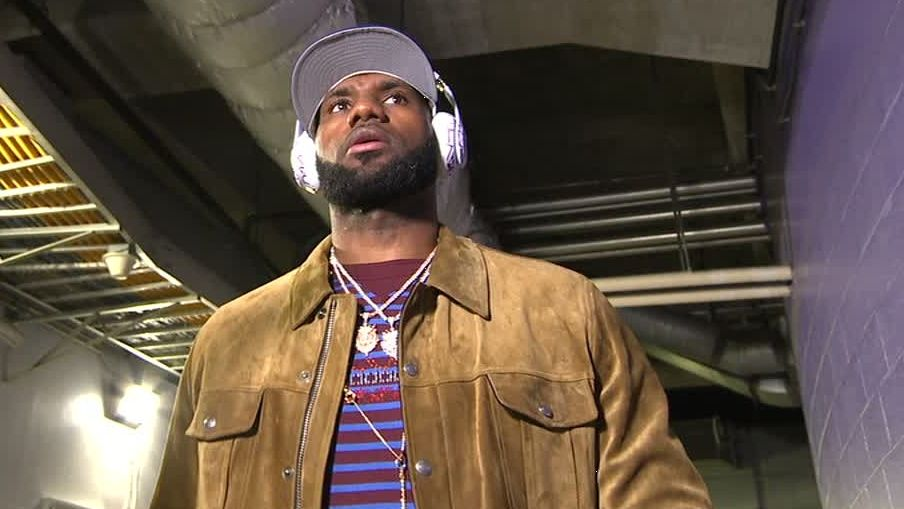 LeBron arrives for first Lakers home game