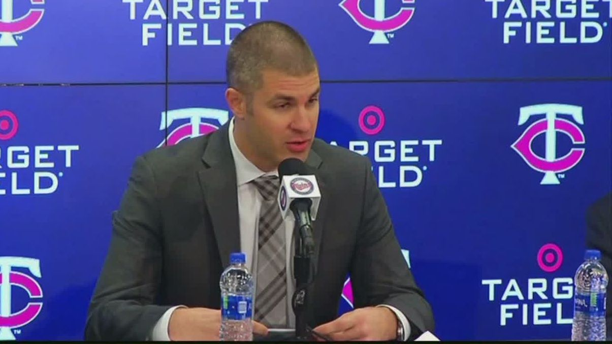 Mauer gives tearful thank you during retirement speech