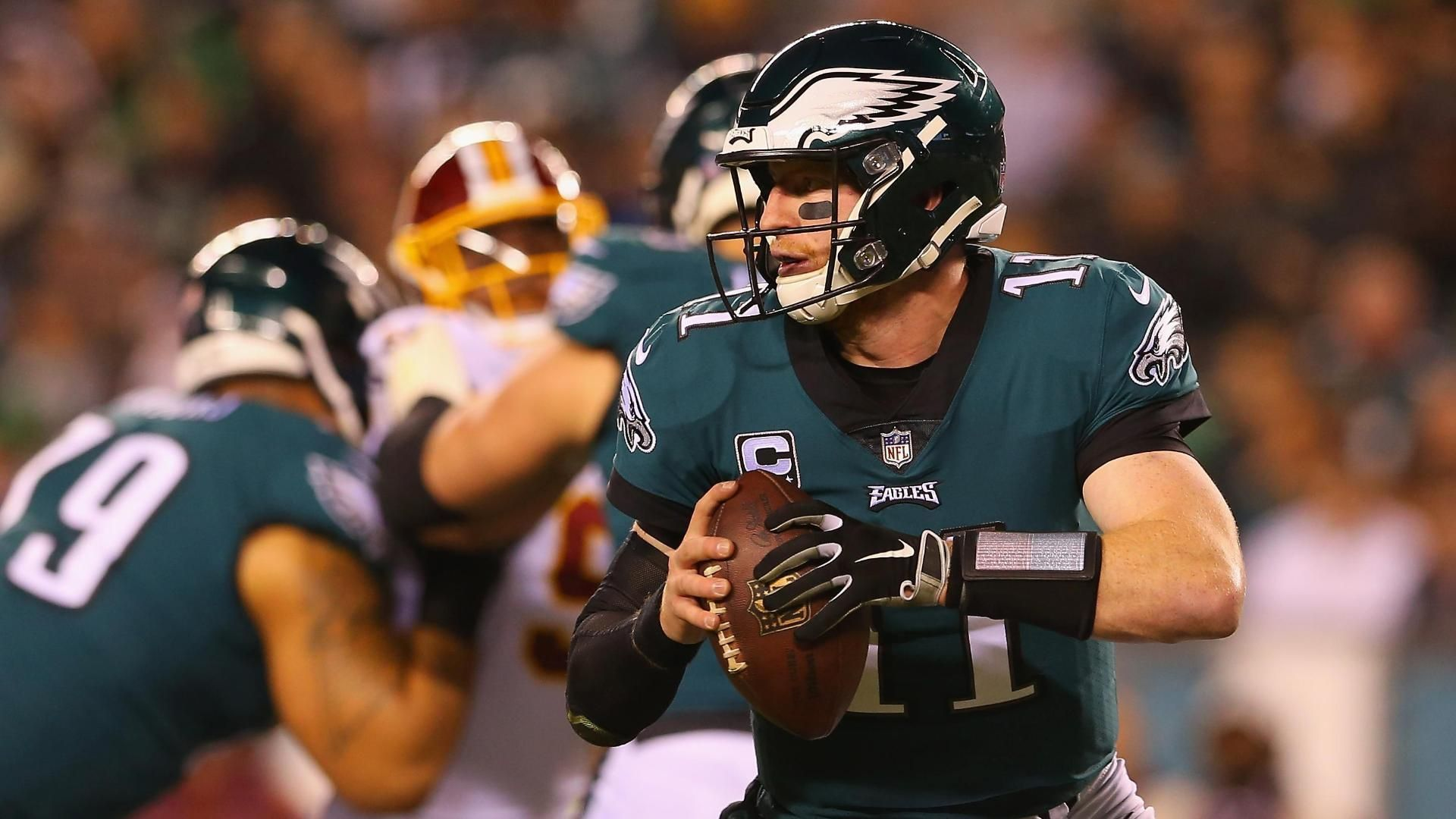 Wentz throws for 306 yards, 2 TDs in Eagles' MNF win