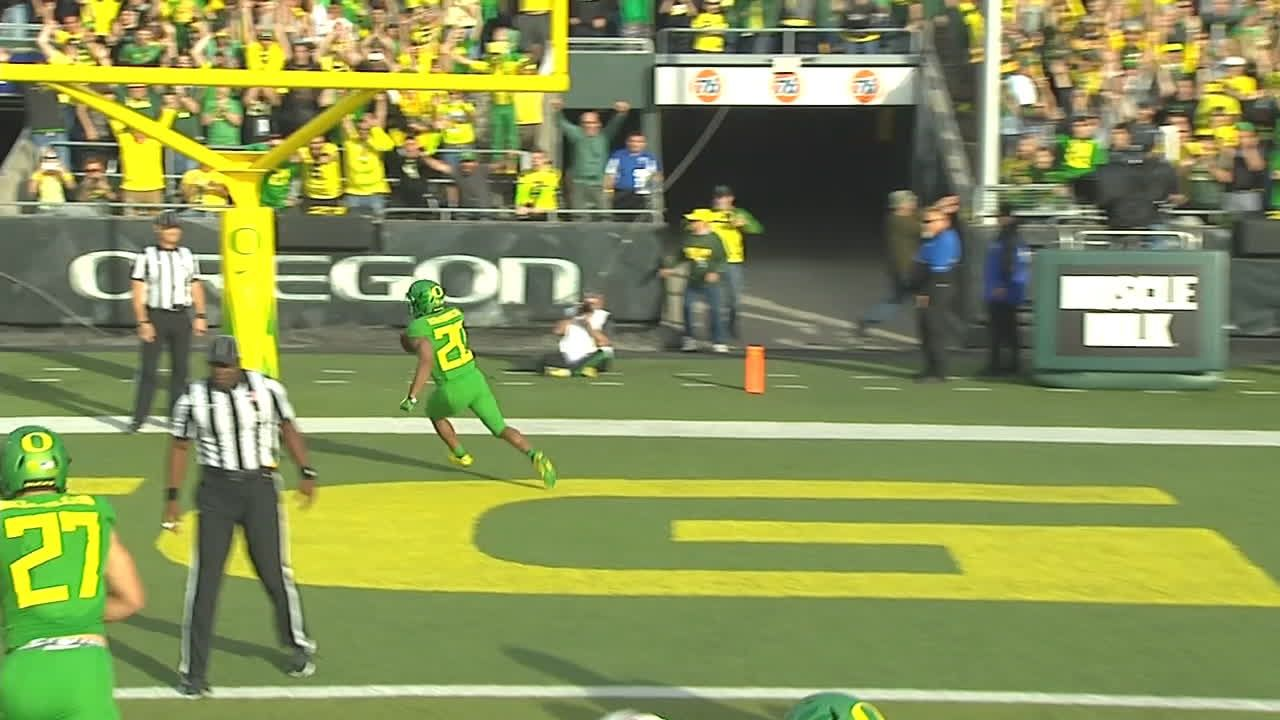 Oregon strikes first on Brooks-James' TD