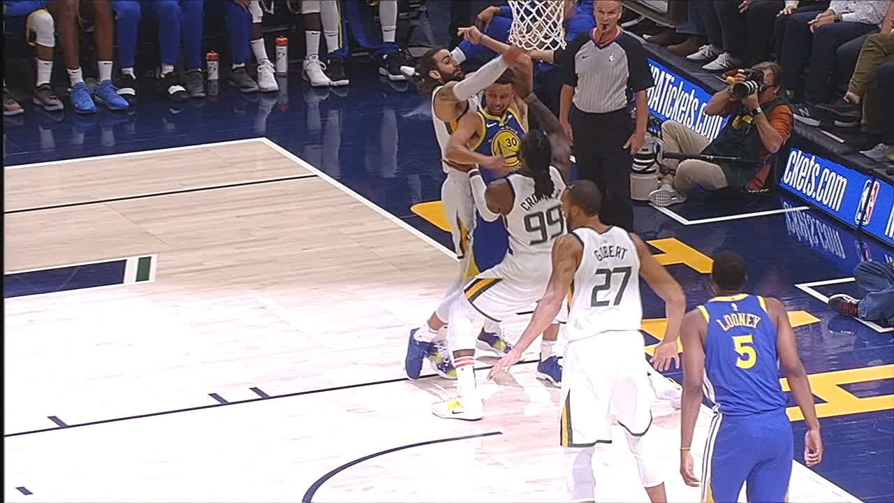 Curry no-look passes over two defenders behind his back