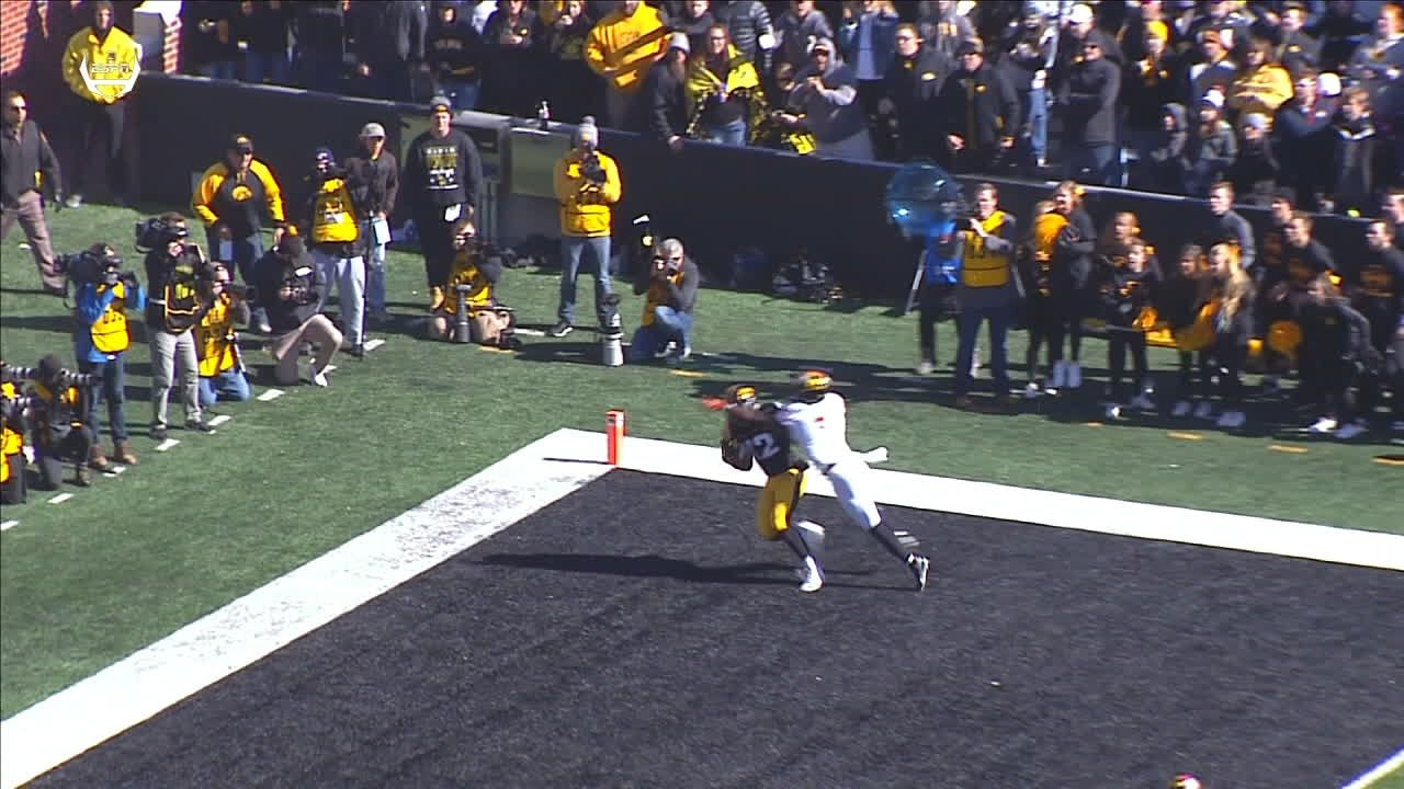 Smith hauls in wild one-handed TD catch for Iowa