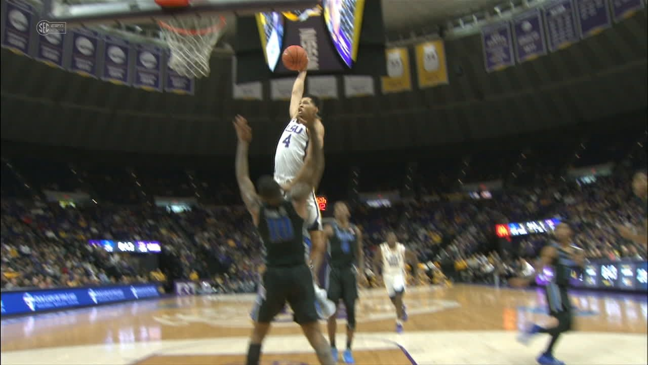 Mays electrifies crowd with crazy dunk, circus layup